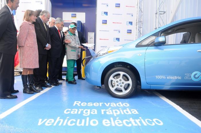 En avril 2011, le président Sebastián Piñera inaugurait la première station de recharge de véhicules électriques à Santiago-du-Chili (photo Gobierno de Chile)